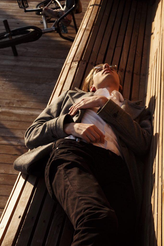 Homme-qui-dort-sur-un-banc