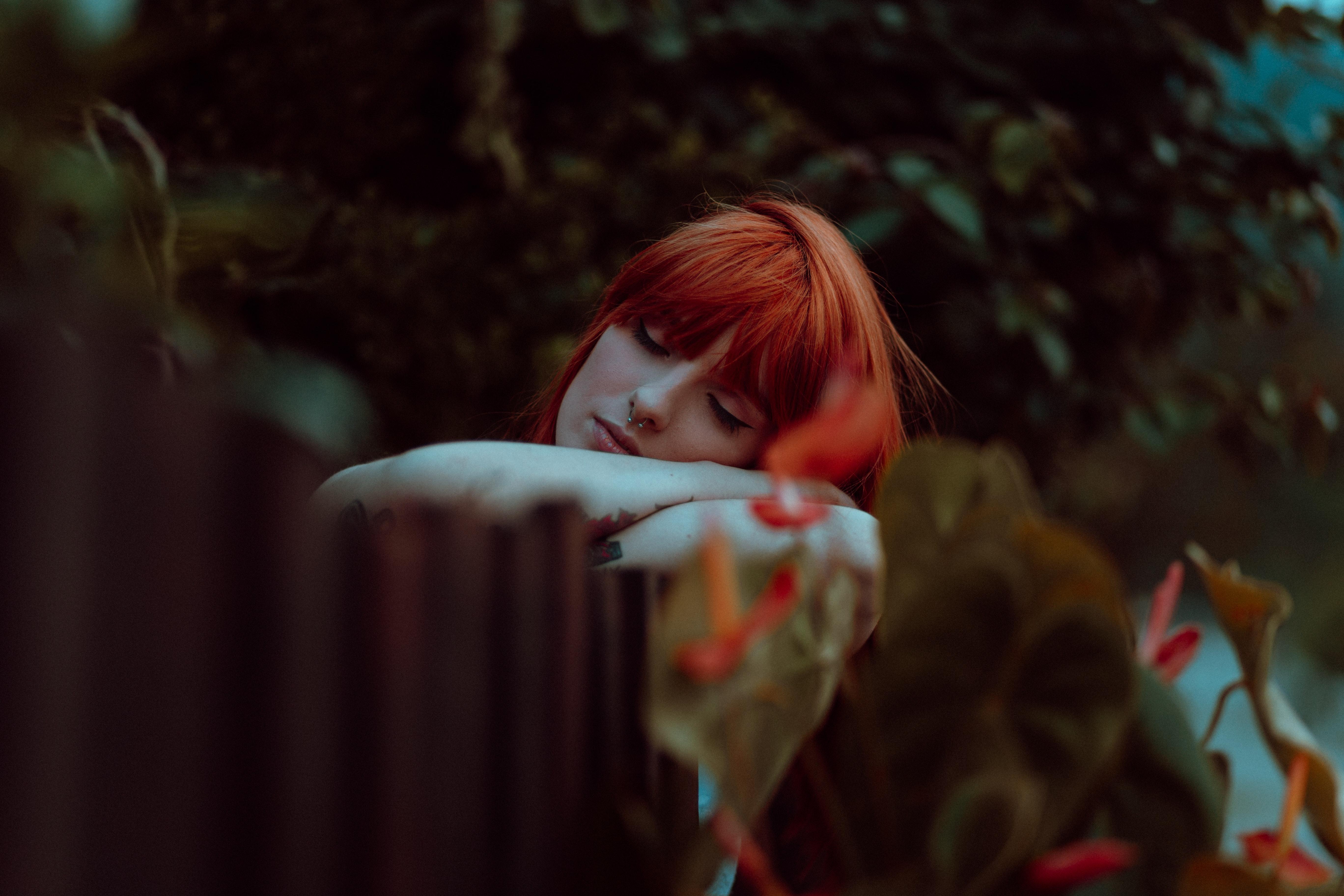 Femme-rousse-qui-dort