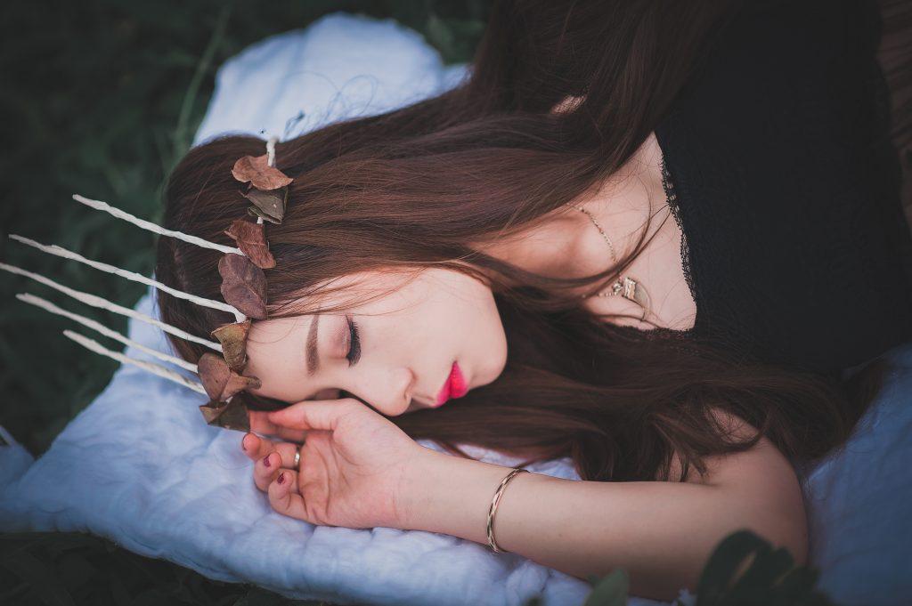 Femme-avec-une-tiare-qui-dort