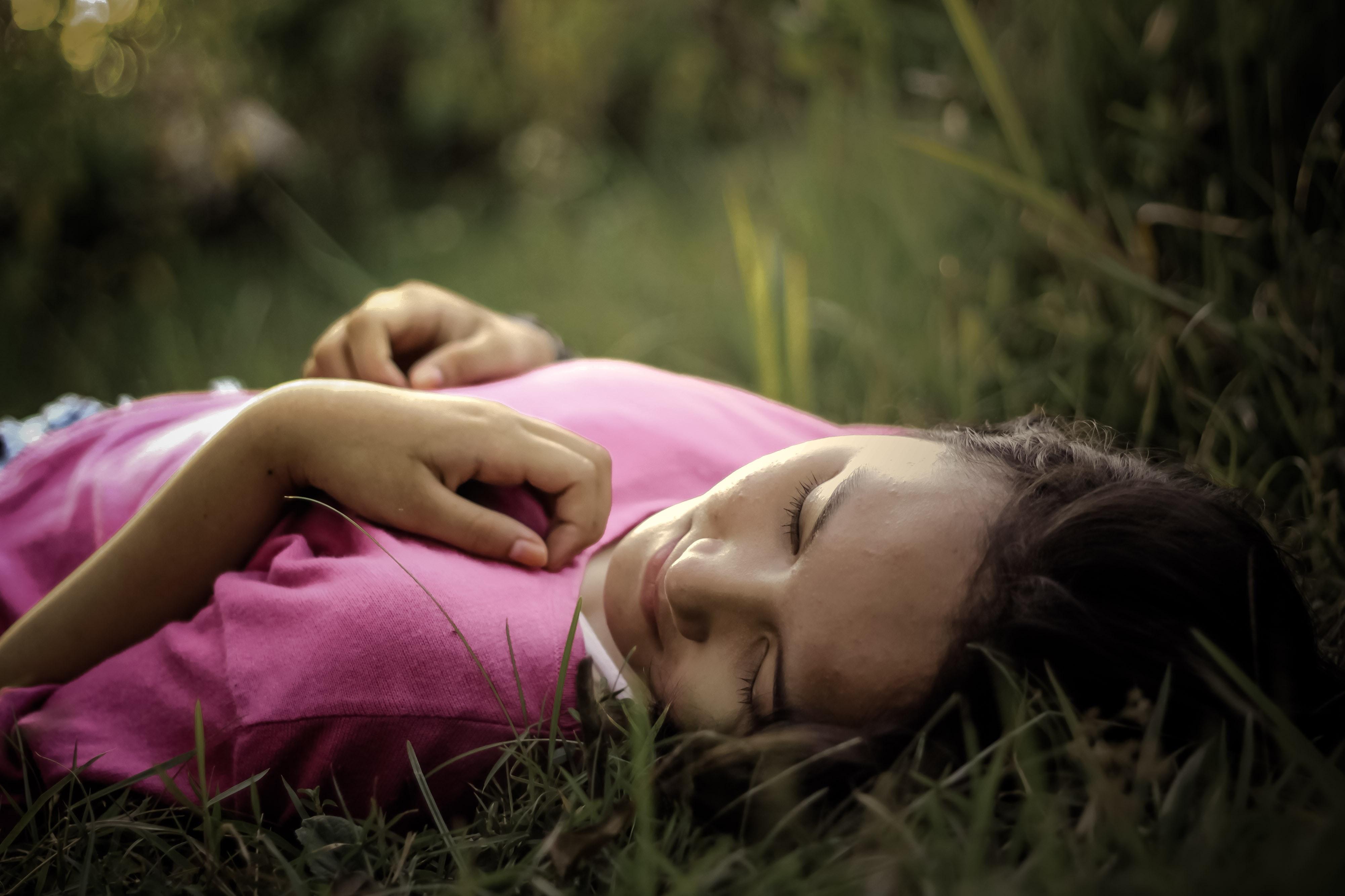 Femme -qui-dort-dans-l-herbe